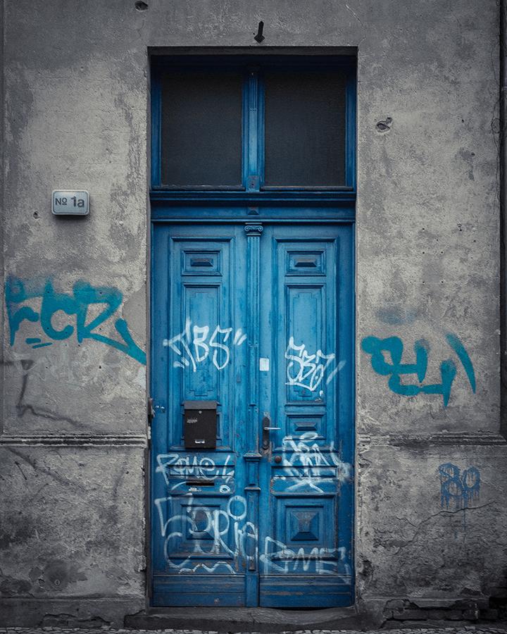 Blaue Tür mit Graffiti am Anfang der Behlertstraße in Potsdam