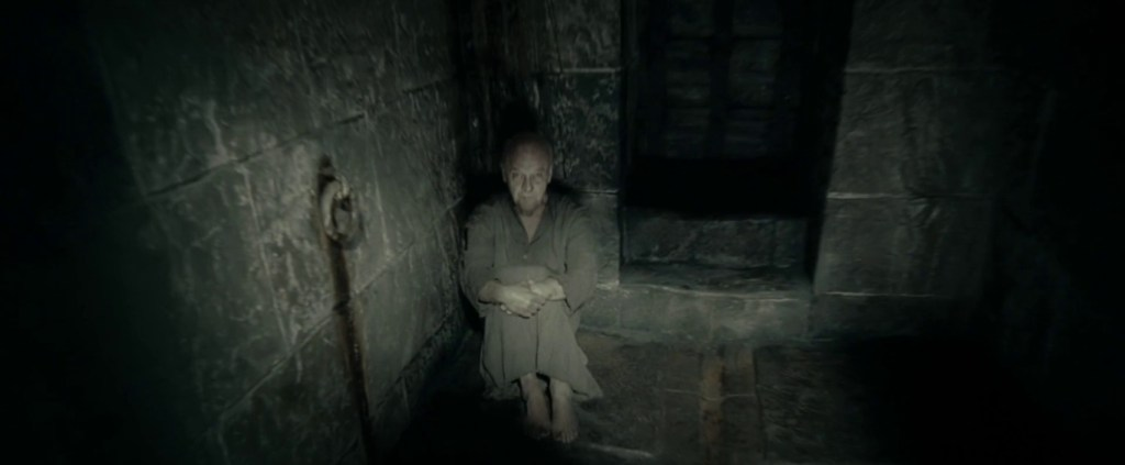 Starý Grindelwald jako vězeň v Nurmengardu.