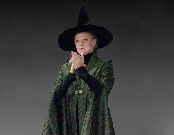Profesorka McGonagallová, vystřižená z některého filmu, před černošedým, neurčitým pozadím. Paní profesorka, oblečená do svého tradičního oděvu (černý špičatý klobouk, černé šaty s dlouhými rukávy a zelený pletený přehoz přes šaty) se hrdě usmívá a tleská.