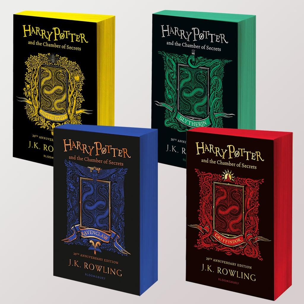 """Na bílém podkladu jsou čtyři vydání knih Tajemné komnaty. Všechny mají černý přebal se zlatým nápisem """"Harry Potter and the Chamber of Secrets. 20th Anniversary Edition. J.K. Rowling. Bloombury."""" Uprostřed je mezi nápisy obrázek v kolejních barvách se dvěma propletenými hady a další složitou dekorací. Nahoře jsou dvě knihy a pod nimi jsou také dvě. Nahoře je vlevo mrzimorská verze se žlutými ořízky stran a žlutými hary. Vpravo zmijozelská verze. Pod mrzimorskou knihou je havraspárská a vedle ní nebelvírská."""