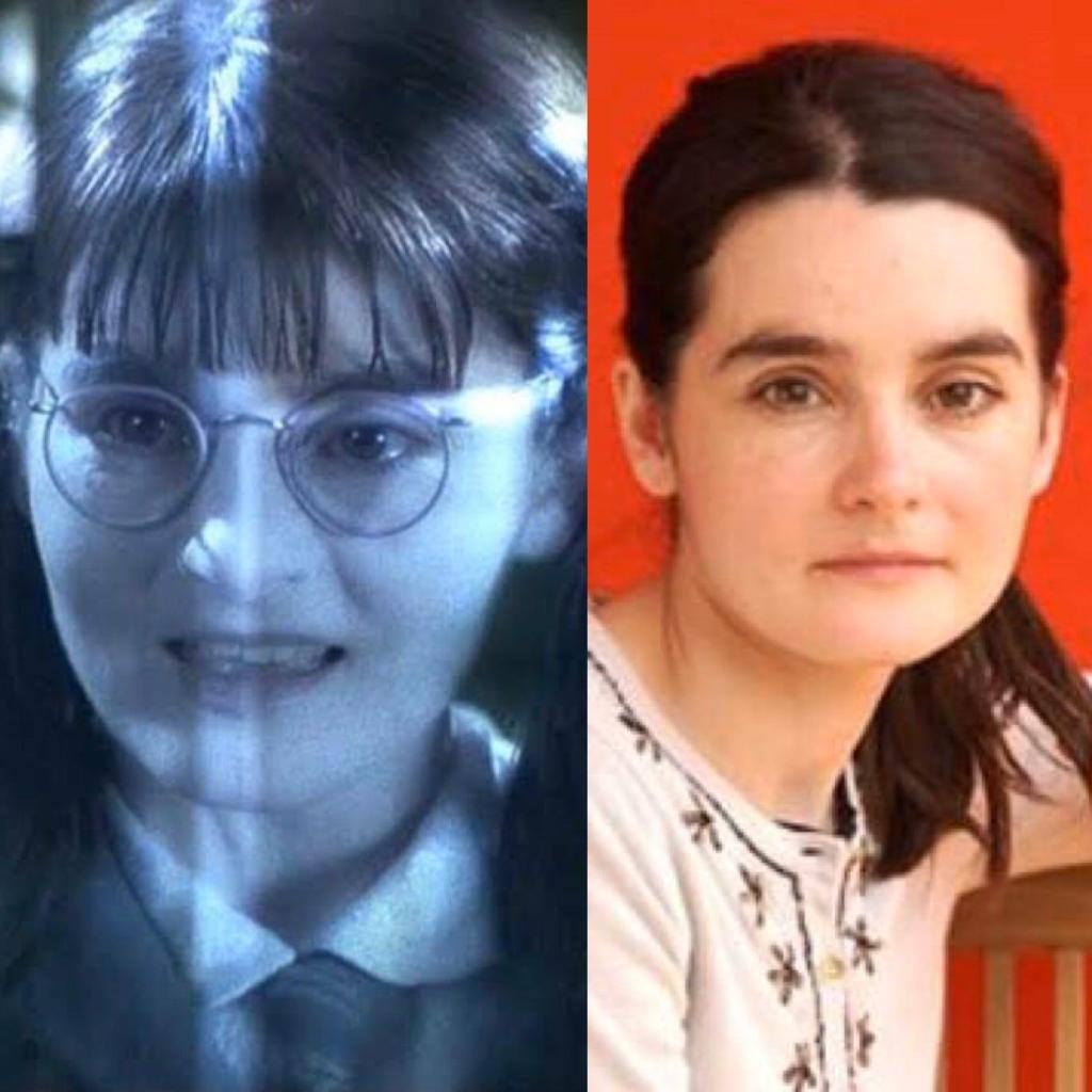 Obrázek, rozdělený na dvě poloviny. Vlevo je fotografie obličeje průsvitné Uršuly z filmu. Vpravo obličej herečky s vlasy uvázanými v culíku, bez brýlí s neutrálním výrazem. Dívá se přímo na diváka. Na sobě má bílý svršek.