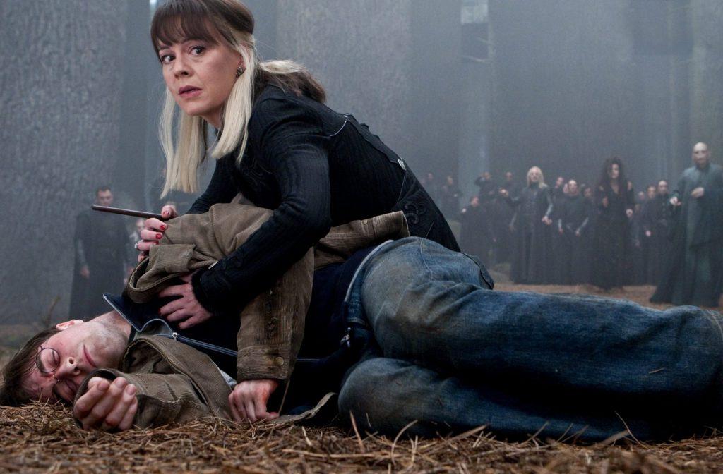 Na fotografii z filmu je ležící Harry Potter v džínách a hnědé manchesterové bundě, který předstírá smrt. Za ním se krčí Narcisa v černém hábitu, která se dotýká svou levou rukou Harryho hrudi a pravou rukou jeho ramene. Dívá se směrem k divákovi. Jsou v lese a za nimi je velká skupina Smrtijedů, včetně Luciuse, Bellatrix a Voldemorta.