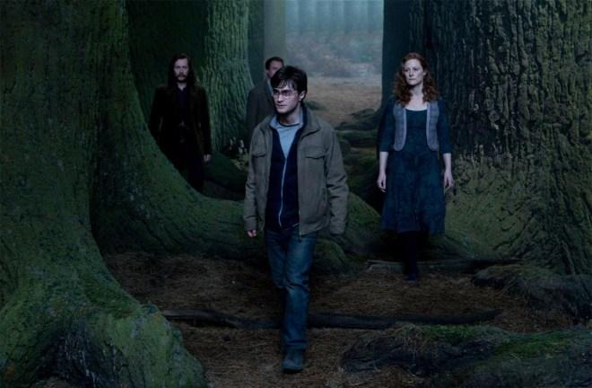 Fotografie z filmu Harry Potter a Relikvie smrti 2. část. Harry jde Zapovězeným lesem v doprovodu svých rodičů, Siria a Lupina