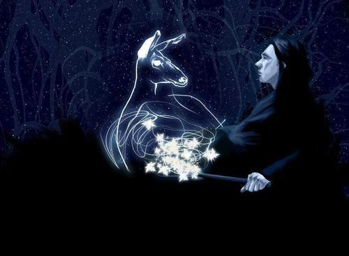 Fanart vyobrazující Severa Snapea, který na pravé straně obrázku vystupuje z černé spodní části a dívá se doleva. V pravé ruce drží hůlku, z níž proudí patronovo kouzlo do tvaru laně, jenž se zformovala před ním (uprostřed obrázku). Atmosféra navozuje hlubokou noc (pozadí je tmavě modré s tečkami jako hvězdy) a Severův obličej je patronem ozářen jak od Měsíce.
