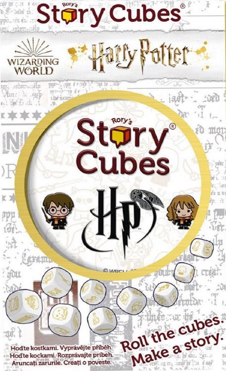 """Na fotografii je obdélníková krabička, převážně bílá s šedými nápisy v pozadí. Úplně nahoře je logo """"Rory's Story Cubes"""", pod tím vlevo logo """"Wizarding World"""" a vedle logo """"Harry Potter"""". Pod logy je zlatě lemovaný kruh a v něm svrchní díl plechové krabičky s kotkami. Pod kruhem je 9 nakreslených kostek."""