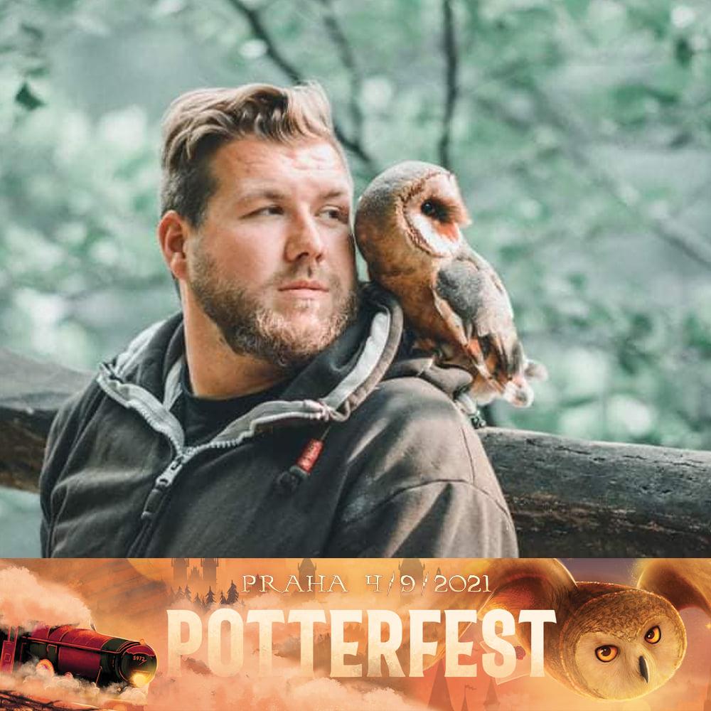 Na fotografii je zarostlý muž s mikinou a sovou pálenou na jeho levém rameni. Oba se dívají směrem doprava. Pod fotografií je logo Potterfestu.