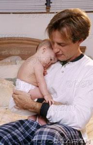 M19-395919 - apa bágyadt kisbabával