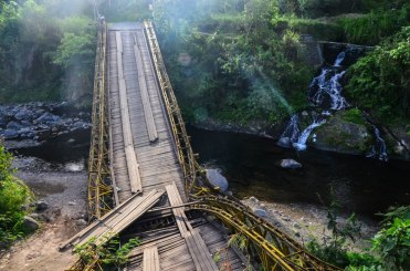 NB: les gens continuent à utiliser ce pont, normal.
