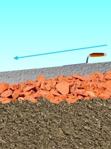 sol de poulailler avec des tuiles pilées