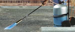 désinfection du sol du poulailler avec un désherbeur thermique