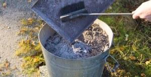 récupération dans un seau de la cendre de bois pour les poules
