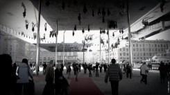 L'ombrière-miroir du Vieux-Port de Marseille: une solution pour Sainte-Catherine? Le soleil l'été, la neige l'hiver: les abris encouragent les déplacements piétons. Crédit photo: Julia Z. http://bit.ly/1qLrZ46