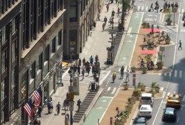 Jan Gehl et son agence signent un design de rue qui redonne l'espace public newyorkais aux piétons et aux cyclistes en le retirant à celui des automobiles. Crédit photo : NYC DOT