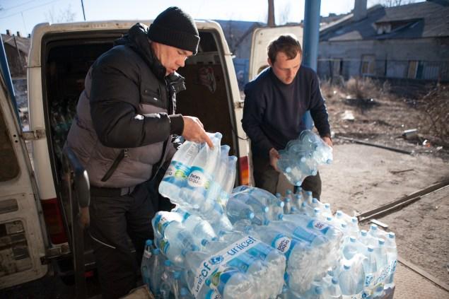 Suite à la guerre, la situation des Ukrainiens se détériore. 3,8 millions de personnes auront besoin d'une aide humanitaire en 2017 dont 2,6 millions classées « très vulnérables ». Le manque d'eau potable et d'électricité ainsi que la difficulté d'accès aux soins sont les problèmes majeurs de la population.