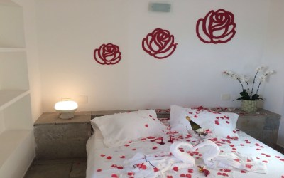 Suite Decor. Pousada Pe na Areia Guaruja Nupcias Rosas Vermelhas