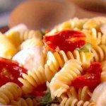 Макароны с сыром и томатом