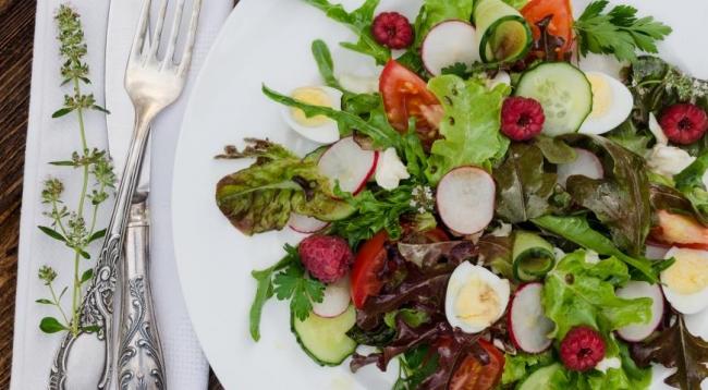 Малиновый салат с моцареллой и сезонными овощами