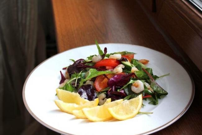 Салат с рукколой, базиликом и креветками