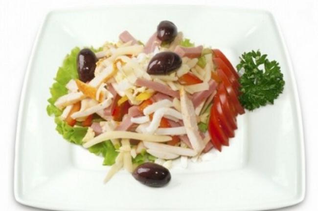 Салат «Столичный» с индейкой и маслинами