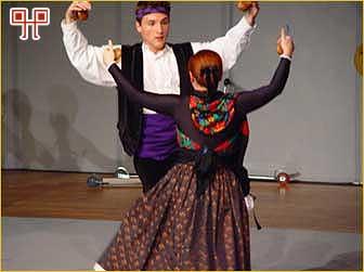 Par pleše aragonsku jotu u dvorani