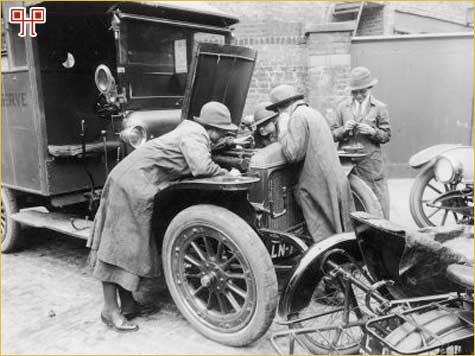 Tijekom rata žene su preuzele tipične muške poslove poput popravka automobila na fotografiji