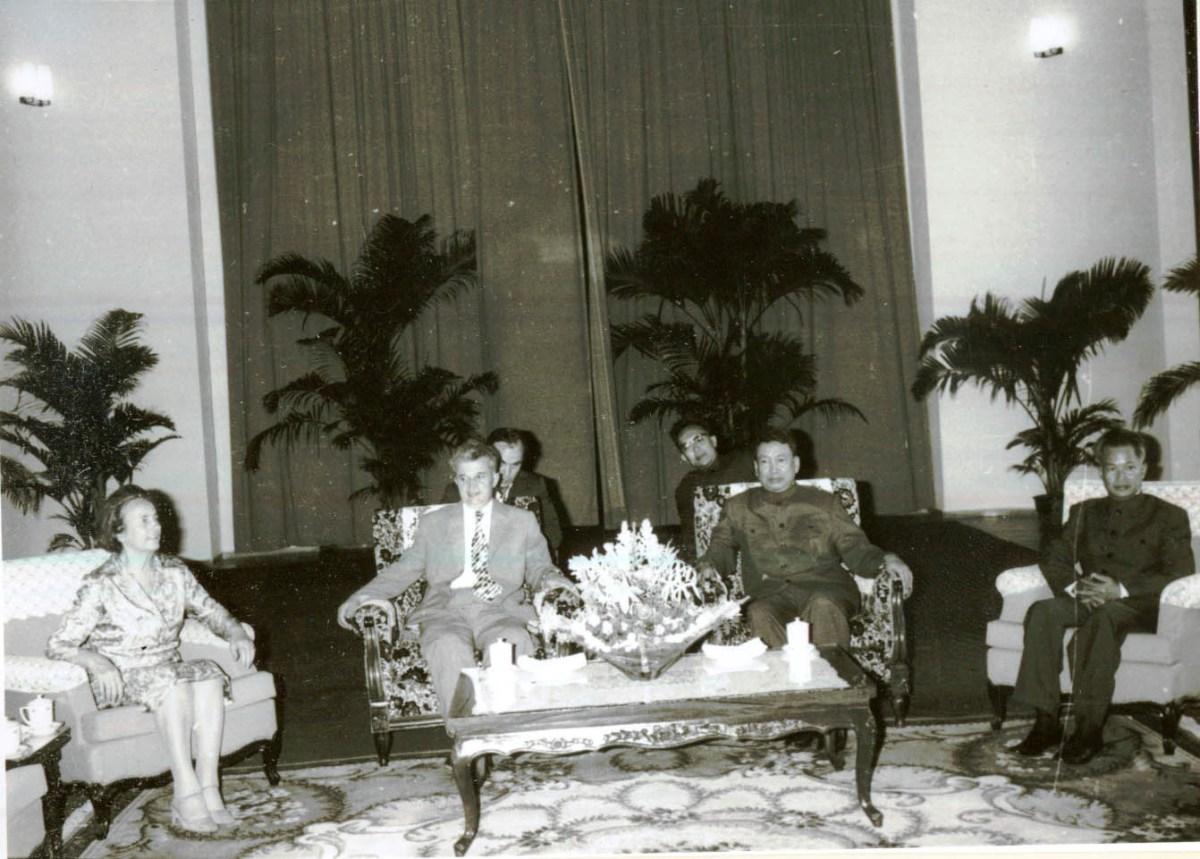 Pol Pot je njegovao odnose s mnogim svjetskim komunističkim vladarima. Na slici: Pol Pot i savjetnici na sastanku s rumunjskim diktatorima Elenom i Nicolae Ceaucescu