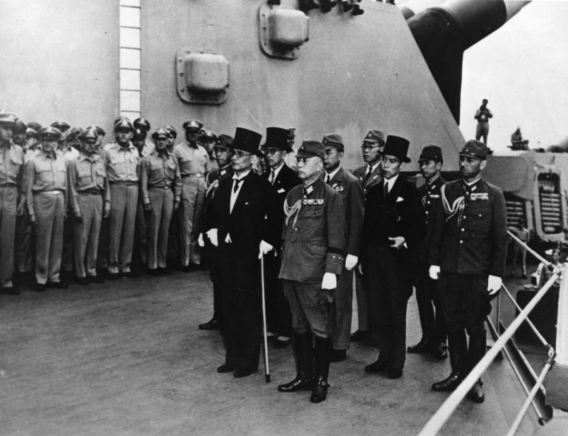 """Japansko izaslanstvo po dolasku na USS """"Missouri"""" radi potpisivanja kapitulacije"""