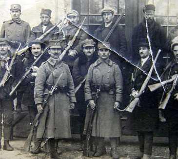 Čarug (treći s desne strane dolje), žandari i članovi društva Kolo gorskih tića nakon uhićenja (Osijek, 1924.)