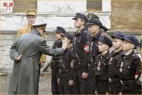 ječaci primaju ordenje - tužna posljednja linija obrane Reicha