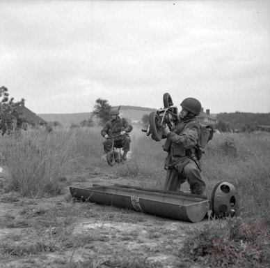 Britanski padobranci raspremaju mini motocikle