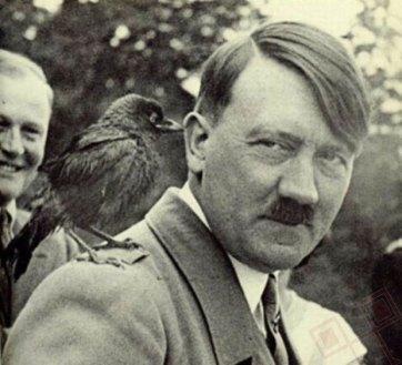 Hitler s ptičicom na ramenu (oko 1940.)