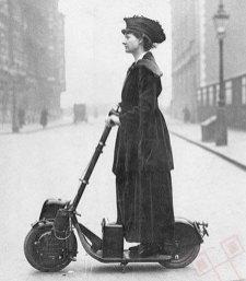 Sufražetkinja Florence Norman na skuteru 1916. godine. Putuje na posao u londonski ured. Skuter je bio rođendanski poklon od supruga.