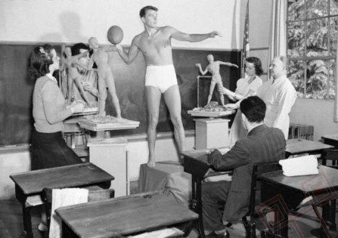 Ronald Regan pozira na satu kiparstva (svibanj 1940.)