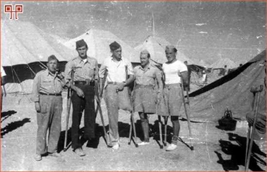 Slika 5: Ratni invalidi s profesorom Jakovom Atijasom, autor: Ljubomir Garbin, 1944. [15. http://www.arhiv.hr/hr/hda/foto/fs-ovi/fototeka.htm (pristupljeno 10. lipnja 2011.)]