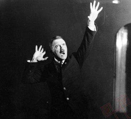Hitler se uvježbava za govor ispred ogledala (1925.)