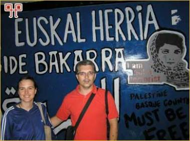 Zid odvajanja s palestinske je strane išaran političkim grafitima - prevladavaju natpisi Slobodna Palestina i Ja nisam terorist
