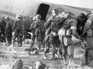 Američki se padobranci spremaju za put na Siciliju.