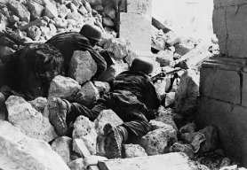 njemački padobranci drže položaj u ruševini samostana na Monte Cassinu