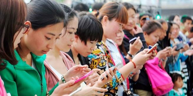 Китайцы со смартфонами