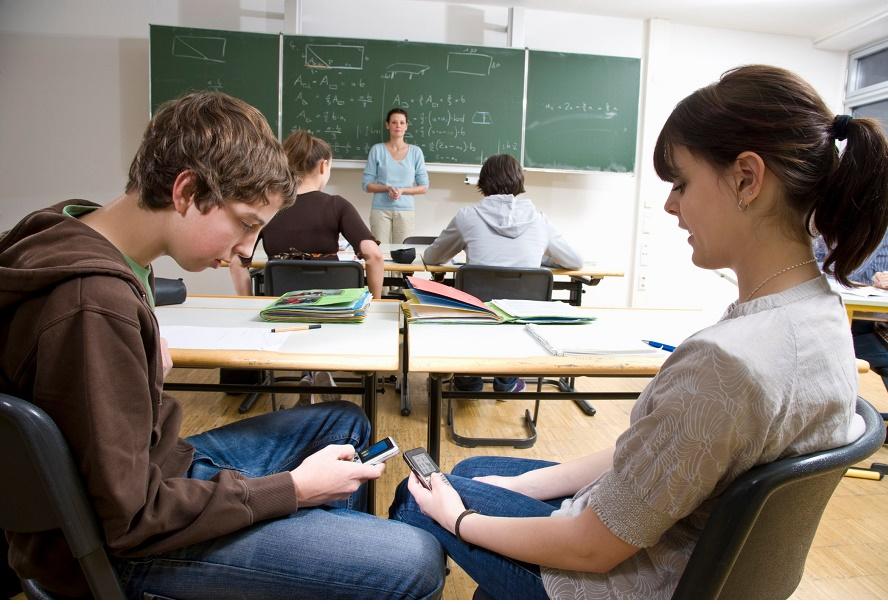 Гаджеты в школах скоро могут попасть под запрет.