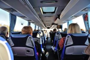 wynajem busa z kierowca miejsa siedzace w aucie