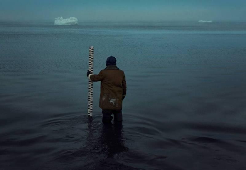 Вячеслав Короткий замеряет уровень Баренцева моря.