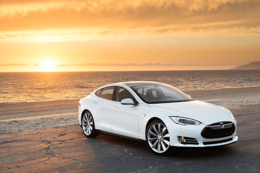 Машина: Tesla.