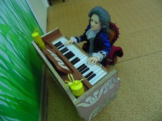 Кукла играет на клавесине.