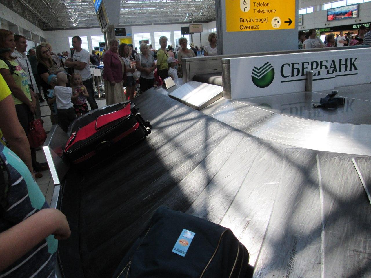 В аэропорту Анталии. В ожидании багажа.