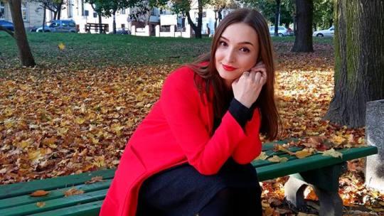 Девчонка с приятной улыбкой на скамейке