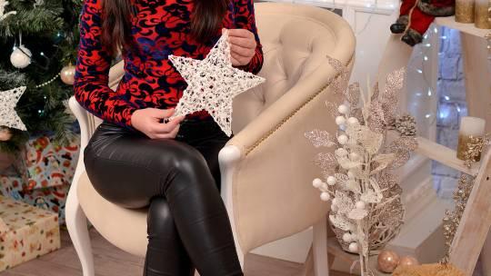 Новогоднее фото шатенки с длинными волосами