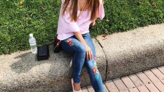 Милашка с каштановыми волосами в розовой кофточке