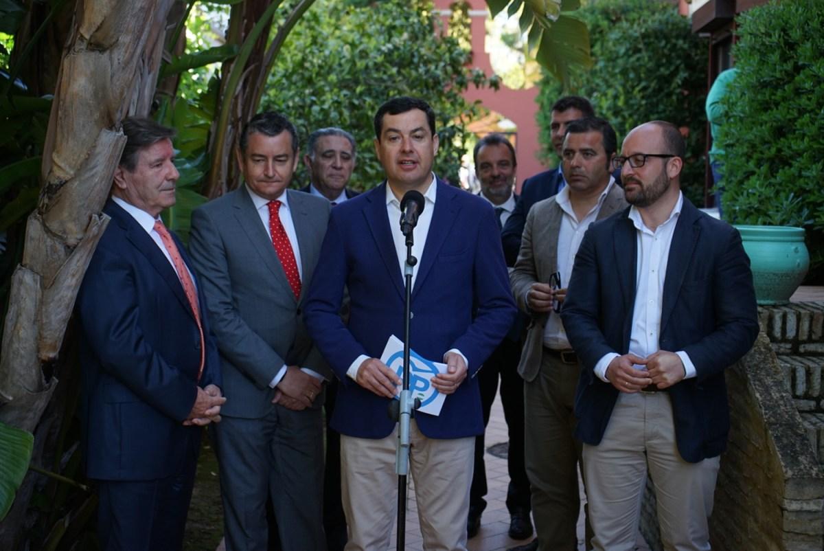 Juanma Moreno reclama a la Junta actuaciones en las playas  andaluzas y la agilización de las concesiones de chiringuitos