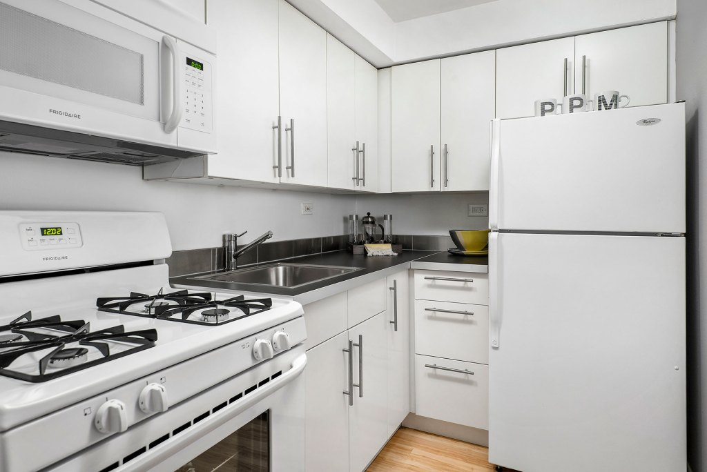 Chicago Apartments, Lakeview, 536 W Addison Kitchen